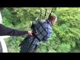 Cornemuse à l'élastique : il saute en kilt en jouant un hymne écossais !
