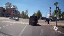 Ce piéton réussi à éviter une voiture à un passage piéton... En mode acrobate