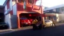 Garée devant une caserne de pompier cette voiture est portée par les pompiers !