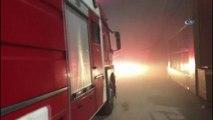 Çelik fabrikasında yangın... İtfaiye ekipleri yangın merkezine ulaşmak için fabrikanın duvarını deldi