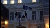 Le drapeau de l'ambassade d'Iran à Londres enlevé par des opposants
