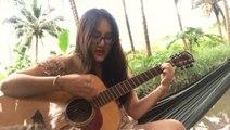 Une fille casse une corde pendant qu'elle joue de la guitare et elle va s'en souvenir !