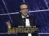 """Roberto Benigni recibe de Sophia Loren el Oscar a la Mejor Película Extranjera por """"La vida es bella"""" en 1999"""