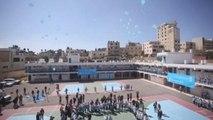 Cientos de niños refugiados palestinos lanzan globos reclamando apoyo a UNRWA