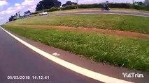Ce motard eclate un radar à coups de barre en bois