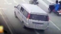Dramatic new footage of child falling from minivan raises safety concerns