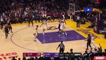Lebron James feinte toute l'équipe adverse (L.A Lakers) avec une superbe passe aveugle