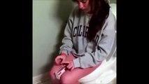 Une fille joue aux allumettes en étant aux toilettes