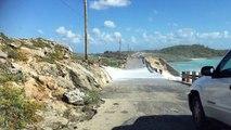 Une énorme vague emporte un homme qui était poser sur les rochers.