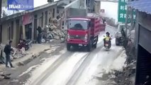 Ce scooter se fait renverser par la ridelle d'un camion mal fermée. Dur