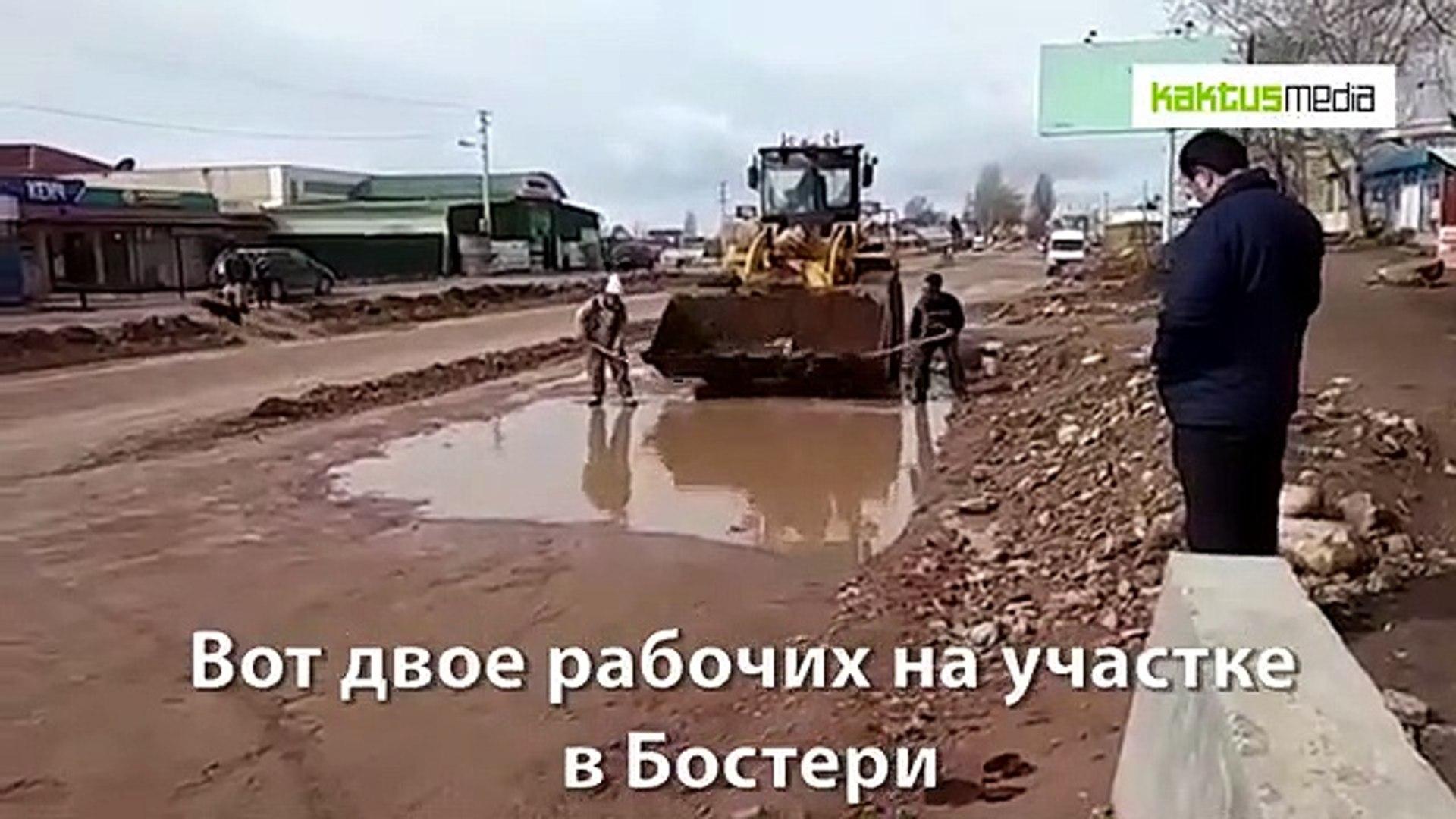 На Иссык-Куле до сих пор строят дорогу. А вот и рабочие, которые черпают воду с дороги лопатами. Зач