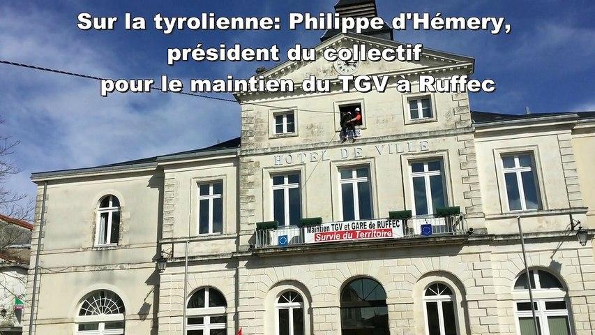 Les élus Charentais descendent de la mairie de Ruffec en tyrolienne