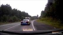 Ce chauffard en Audi R8 double comme un débile et explose une voiture