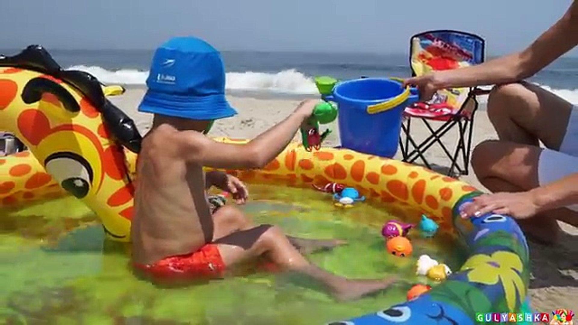 Макс Ловит Рыбку и Играет Машинками на Пляже Америка Видео для детей влог kids toys entertainment