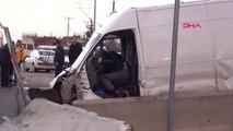 Kütahya Ters Yolda Bariyere Çarpan Minibüsün Sürücüsü Öldü, Polis Alarma Geçti