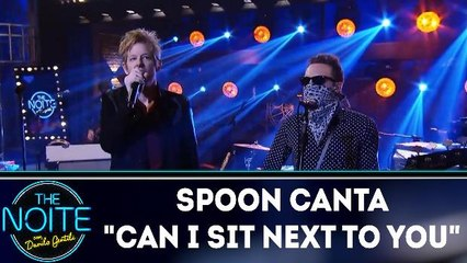 """Spoon canta """"Can I sit next to you"""""""