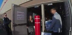 Des policiers attendent des voleurs à la sortie d'un magasin pour faire un flagrant délit !