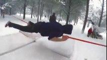 Sauts impressionnants sur une corde suspendue au-dessus de la neige ! Slackline
