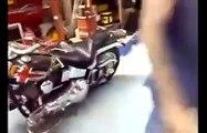 Il teste sa Harley pour la première fois et s'éclate sur sa propre voiture... Double effet kiss cool