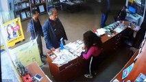 Cep telefonu hırsızlığı kamerada... 8 kişinin gözü önünde cep telefonunu çaldı