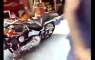 Il teste sa Harley pour la premiè fois et s'ຜ sur sa propre voiture... Double effet kiss cool