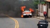 Táxi pegou fogo na Avenida Serafim Derenzi, em Vitória, na manhã desta sexta-feira (23)