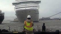 Ce bateau de croisière se détache et fonce dans un autre bateau