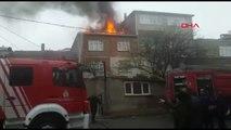 Sultanbeyli'de Bir Binanın Çatısı Alev Alev Yandı