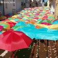 Cette rue au portugal est bien protégée contre la pluie.. regardez