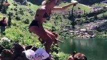 Une fille sexy tente un saut à la corde au-dessus d'une rivière (Vidéo)