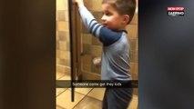 En train de faire la grosse commission, un homme reçoit la visite d'un petit garçon (Vidéo)