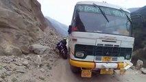 Ce motard croise une bus sur une route de montagne dans l'himalaya
