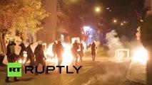 Anarquistas griegos contra Policía antidisturbios en Atenas