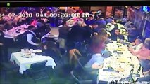 Cet homme saute sur une table pour venir en aide à son ami pendant une embrouille en plein restaurant