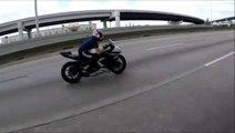 Un motard roule sur un nd de poule et va avoir très chaud