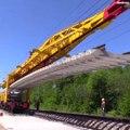 La vitesse à laquelle ces ouvriers montent les rails de ce chemin de fer : impressionnant