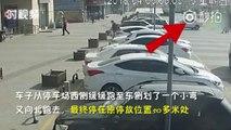 Sans frein à main, le vent pousse cette voiture garée sur un parking !