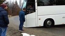Un autocar est bloqué dans un virage en montagne et ça finit mal (Roumanie)
