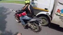 Un motard fracasse le rétro d'un camion et le chauffeur se venge contre lui