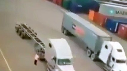 Un chauffeur de camion s'arrête au mauvais endroit et se fait percuter par une grue déplaçant un conteneur