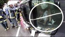 Hombre atrapado en un auto volcado actúa como si nada hubiera pasado