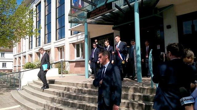 Emmanuel Macron et David Valence sortent de l'hôtel de ville de Saint-Dié-des-Vosges