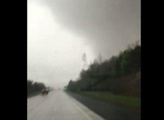 Une femme filme une puissante tornade qui fait subitement décoller sa voiture