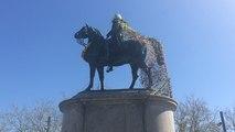 Une cape de fleurs pour la statue de Napoléon