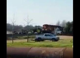 Un tracteur se fait pulvériser par un train arrivant à pleine vitesse
