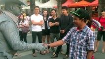 Un idiot vient embêter un artiste de rue mais il ne va pas se laisser faire... Bien fait!