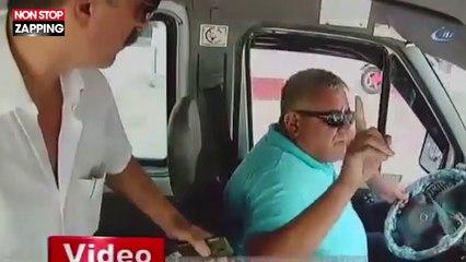 Un passager de minibus s'en prend au chauffeur et provoque un accident (vidéo)
