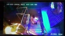 Cette fille bourrée va faire la chute la plus classe de l'année dans les escaliers