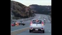 Un homme en moto donne un petit coup de pied à une voiture mais va provoquer un énorme accident