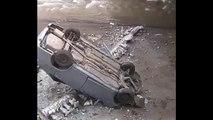 Un cycliste trop curieux chute d'un pont en voulant regarder une voiture qui vient de s'ecraser en contre-bas